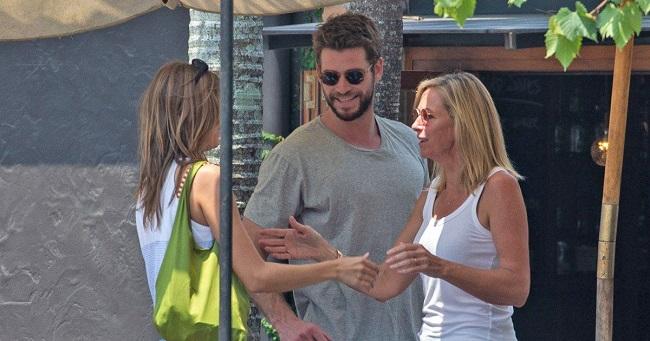 Liam-Hemsworth-introduces-his-parents-to-model-Gabriella