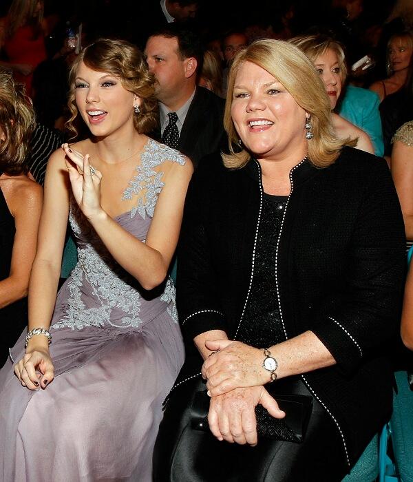 Singer Taylorwith hermotherAndrea Swift